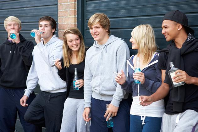 Ragazzi Giovani Che Bevono